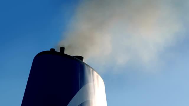 vidéos et rushes de entonnoir de navire avec l'échappement fumant dehors - entonnoir