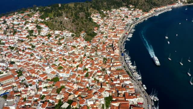 vídeos de stock, filmes e b-roll de navio está na água na baía de poros grécia. imagens de vídeo aéreas incríveis. férias e atmosfera de verão - ática ática
