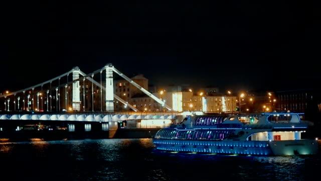 statkiem w moskwie-river w nocy - rzeka moskwa filmów i materiałów b-roll