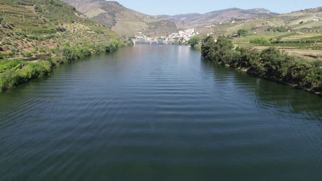 vídeos de stock e filmes b-roll de ship over douro river from aerial view - douro