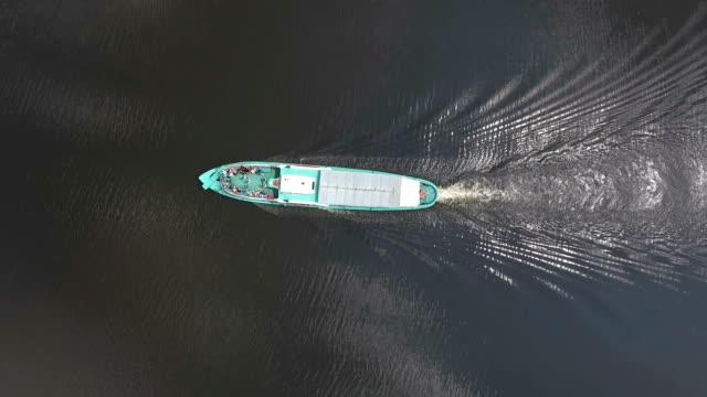 Ship sailing along the river - vídeo