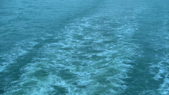 fartygs segling och våg stänk till sjöss - turistbåt bildbanksvideor och videomaterial från bakom kulisserna