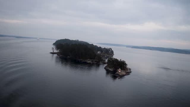vídeos de stock e filmes b-roll de ship swimming through the sweden islands - arquipélago