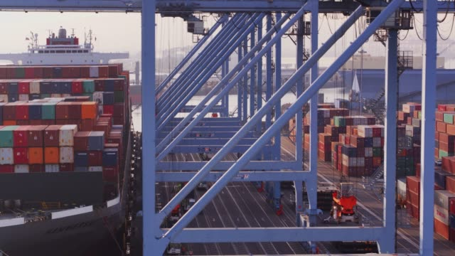 ship to shore - drohne schuss - container stock-videos und b-roll-filmmaterial
