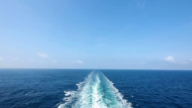vídeos de stock e filmes b-roll de ship wake on the ocean. water foam trace behind the large ship goes till the horizon. - transatlântico