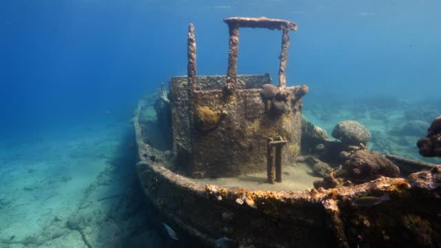 """schiffswrack """"schlepper"""" im korallenriff der karibik auf curacao - sporttauchen stock-videos und b-roll-filmmaterial"""