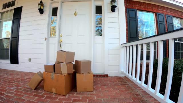 ön verandada nakliye kutuları - sahanlık stok videoları ve detay görüntü çekimi