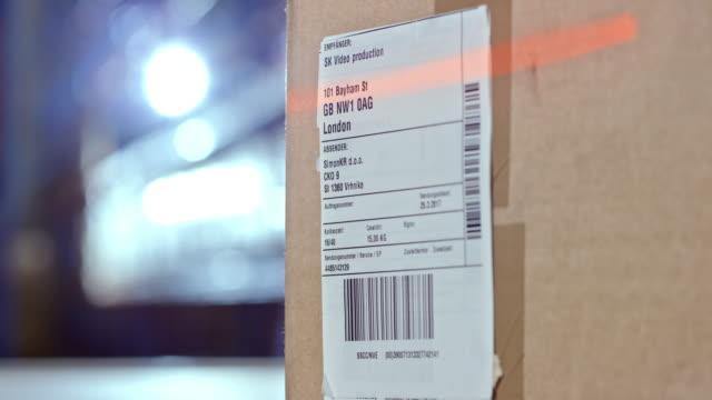 versandetikett auf ein paket gescannt - etikett stock-videos und b-roll-filmmaterial