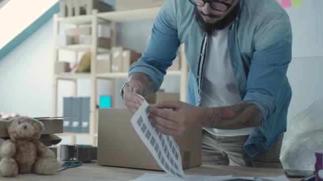 vídeos de stock e filmes b-roll de shipping online orders - expedir
