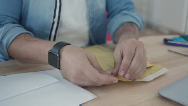 frakt online order - kuvert bildbanksvideor och videomaterial från bakom kulisserna