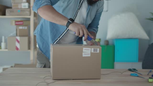 versand online-bestellungen - post it stock-videos und b-roll-filmmaterial