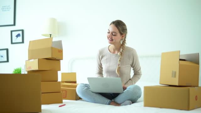 vídeos y material grabado en eventos de stock de envío de pedidos en línea - suministros escolares