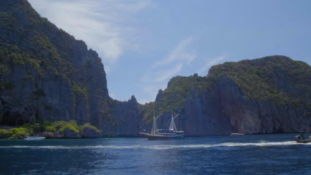 ピピ諸島の近くに停泊船 - サムイ島点の映像素材/bロール
