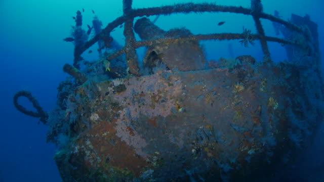 нос корабля в бога кораблекрушение, индонезия (4k - кораблекрушение стоковые видео и кадры b-roll