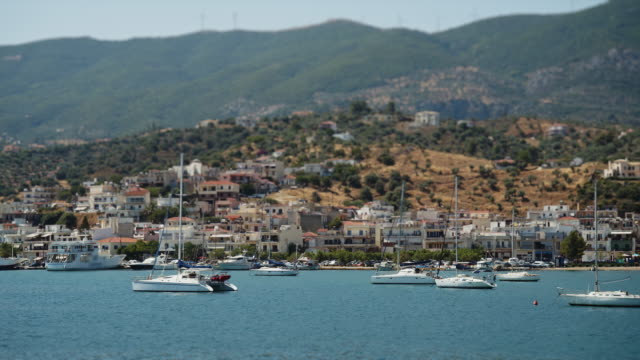 vídeos de stock, filmes e b-roll de navios no porto da ilha poros na grécia - ática ática