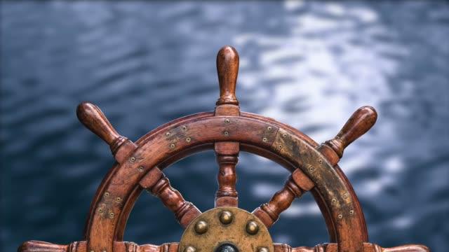 ships wheel against ocean water - ster fragment pojazdu filmów i materiałów b-roll