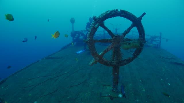 судовое колесо в бога кораблекрушение, кубу (северная bali) (4k - кораблекрушение стоковые видео и кадры b-roll
