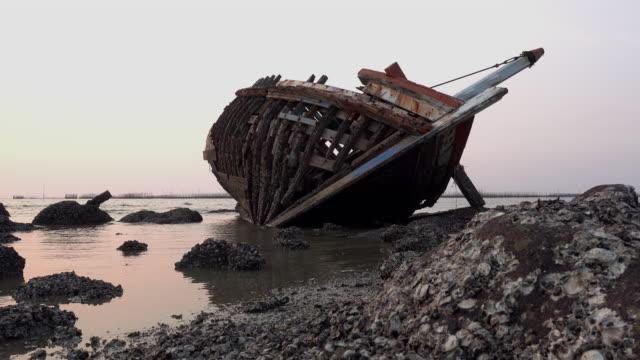 shipwreck on sunset, dolly shot. - кораблекрушение стоковые видео и кадры b-roll