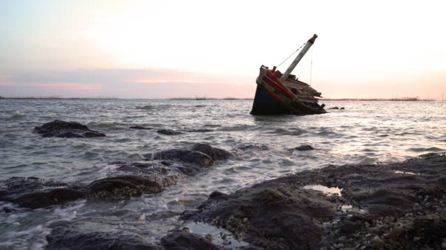 skeppsbrott på stranden. - kapsejsa bildbanksvideor och videomaterial från bakom kulisserna