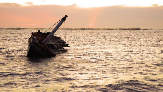 shipwreck on the beach. - погружённый стоковые видео и кадры b-roll