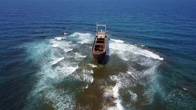 shipwreck on the reef - кораблекрушение стоковые видео и кадры b-roll