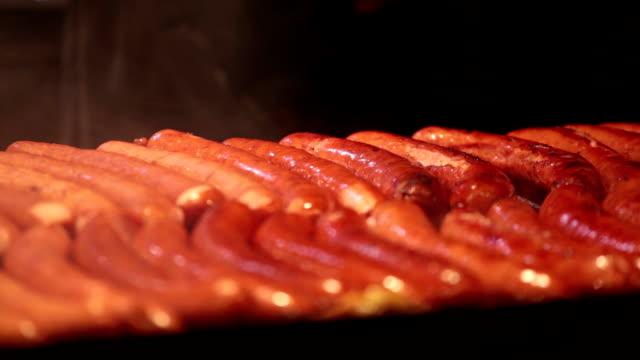 Brocheta Kebab y salchichas, frito en la calle Feria - vídeo