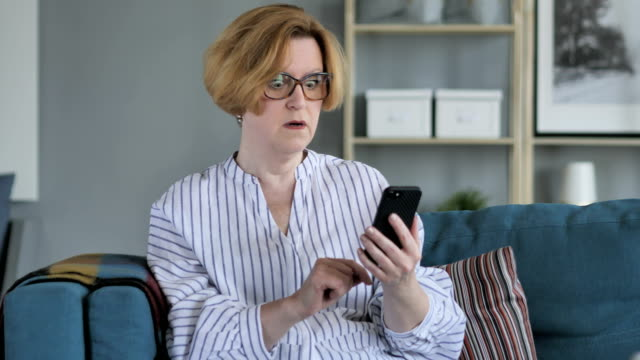 충격, 놀 이전 고위 여자 스마트폰을 사용 하 여 - 장엄한 스톡 비디오 및 b-롤 화면