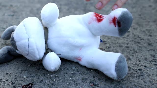 stockvideo's en b-roll-footage met geschokt moeder nemen van bloedige speelgoed in handen, dood van een kind in een verkeersongeval - kids online abuse