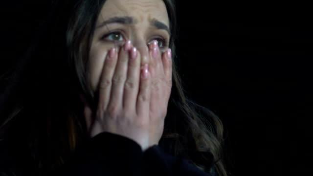 chockad kvinna gråter stående under bro, offer för maniac, våld, närbild - kriminell bildbanksvideor och videomaterial från bakom kulisserna