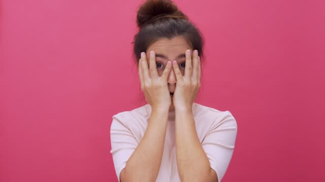 Shocked woman isolated pink background 4k