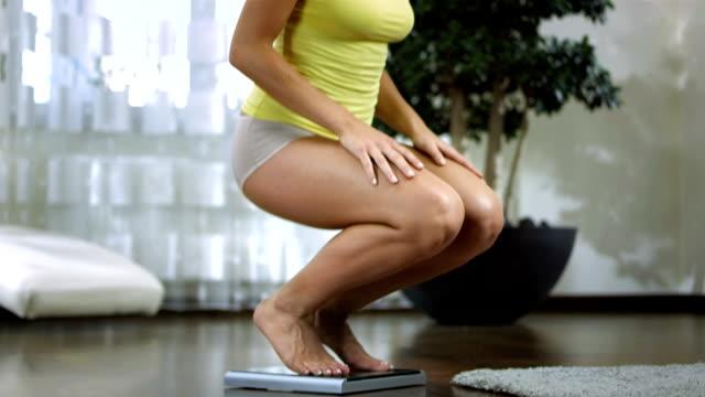 hd 돌리: 놀란 여자 루킹 시 체중 - 몸매 관심 스톡 비디오 및 b-롤 화면