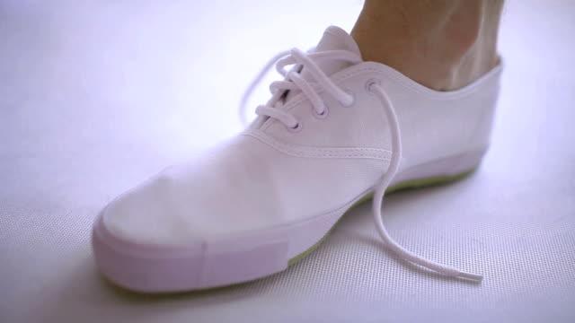 Shoe lacing video