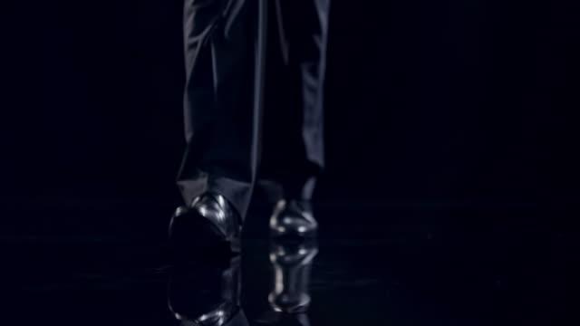 vidéos et rushes de chaussures gros plan - costume habillé