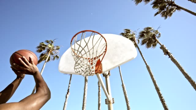 stockvideo's en b-roll-footage met schieten een basketbal in los angeles - sportiviteit