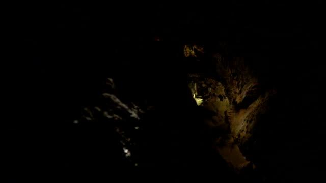 Schießen eine riesige und düstere Höhle mit Stalagmiten. – Video