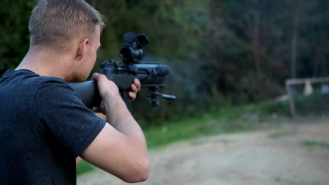 vidéos et rushes de tir arme à feu automatiques - mitrailleuse