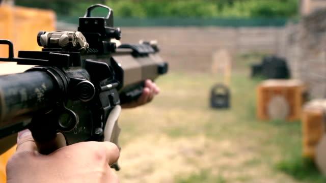 стрельба в тире. парень стреляет в тире из полуавтоматической винтовки - white background стоковые видео и кадры b-roll