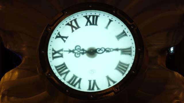 タイムラプスモードでの撮影。時間の経過時計の針夕方の光時間が実行されています。通りを見て - 骨董品点の映像素材/bロール