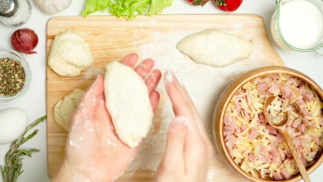 vídeos de stock, filmes e b-roll de tiro de tortas de cozimento com presunto - comida salgada