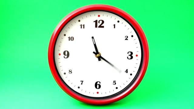 시간 촬영. 시간 경과입니다. 녹색 배경에 촬영. - clock 스톡 비디오 및 b-롤 화면