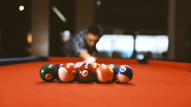 shooting pool on a night out - attività del fine settimana video stock e b–roll