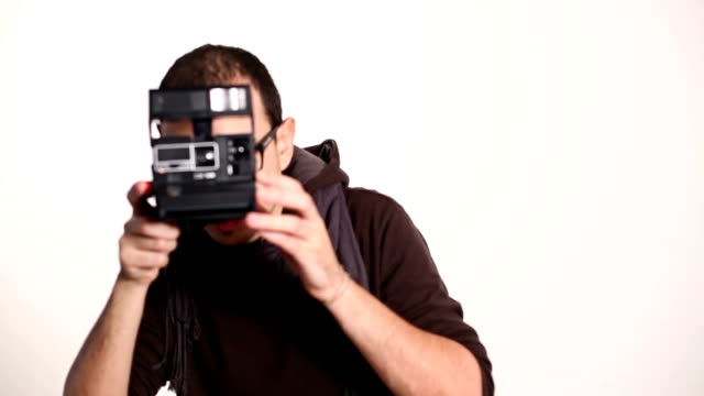 stockvideo's en b-roll-footage met shooting with a retro camera - polaroid