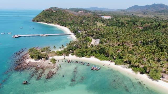 vídeos de stock, filmes e b-roll de 4k atirando com drone. praia no paraíso tropical, ilha koh yao yai em phang-nga, tailândia. paisagem tropical. - phuket