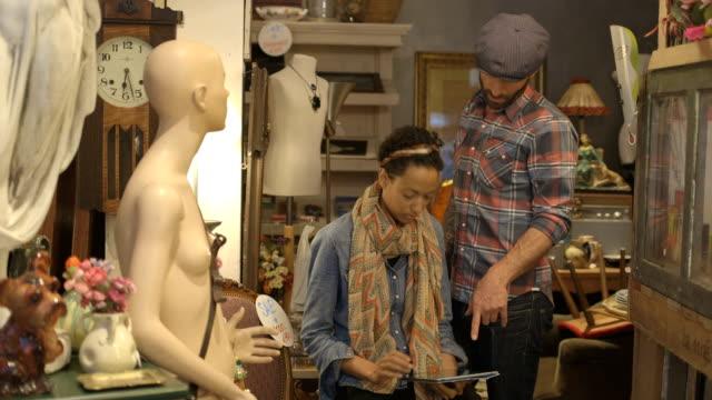 boutique-besitzer arbeiten und in zweiter hand store - antique shop stock-videos und b-roll-filmmaterial
