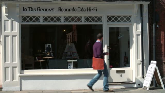 店主打開唱片、cd和高保真商店 - store 個影片檔及 b 捲影像