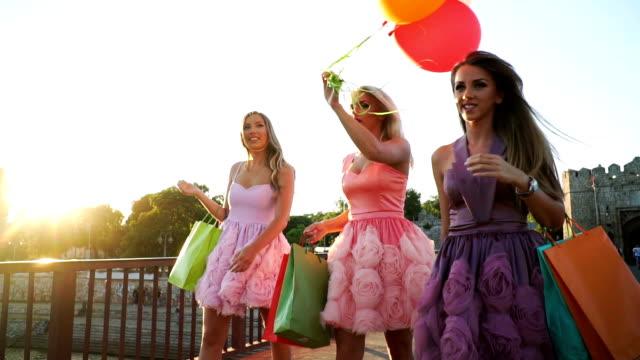 shopaholic vänner - köpnarkoman bildbanksvideor och videomaterial från bakom kulisserna