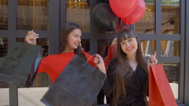 vídeos y material grabado en eventos de stock de estilo de vida de shopper, moda chicas divirtiéndose el nuevo compra de tienda en temporada de descuentos en black el viernes - black friday sale