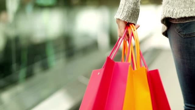 stockvideo's en b-roll-footage met shopper with shopping bags on escalator - boodschappentas tas