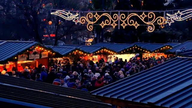 shopper-masse auf dem weihnachtsmarkt in vienna - österreich stock-videos und b-roll-filmmaterial