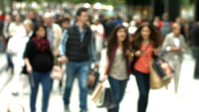 shoppare promenader i city street - zoom in bildbanksvideor och videomaterial från bakom kulisserna